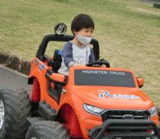 作品No:47 安全運転<br><br>楽しそうに運転しているように見えますが、ラジコンカーなので大人がコントロールしています。親子で安心して楽しめます。<br><br>