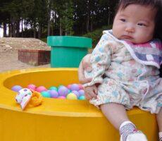 作品No:48 もう少ししたら…★☆<br><br>あたしも、みんなみたいに遊べるようになるかちら!?と言いたそうにお友達の様子を見てました(笑)マリオの土管のボールで、遊べるのはいつかなぁ?まだまだボールプールのようになっちゃう娘でした♬<br /> かつら公園は、とってもいいお散歩コースです☆<br><br>