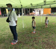作品No:100 ソーシャルディスタンス<br><br>自然と足のマークがあるところに並んでいた子ども達。笑ってしましました。今のご時世ですね。<br><br>