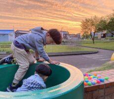 作品No:130 穴が入ったら入りたい!<br><br>綺麗な夕日なのに、子供達はドカンの方がお好きなようで…<br><br>