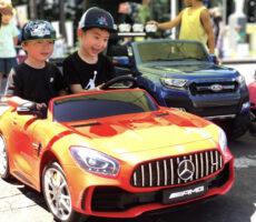 作品No:140 はじめてのドライブ<br><br>念願の赤いスポーツカー!笑顔がこぼれます。<br><br>