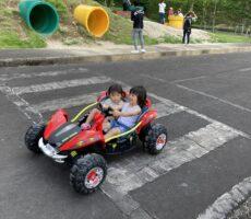 作品No:4 ゴーゴー!!真夏の公園を駆け抜けろ!<br><br>初めての運転に大喜びのお兄ちゃんです!<br><br>