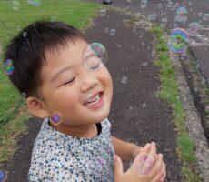 作品No:12 笑顔の中に七色光<br><br>シャボン玉の中での1枚写真<br /> 目をつむってしまいましたが、シャボン玉七色の光の中に優しい笑顔だったので投稿させて頂きました。<br><br>