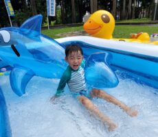 作品No:14 雨の日でもくじらさんは一緒に遊んでくれます。<br><br>雨の日でもたのしめるプールでくじらさんと仲良く遊んでいました。<br><br>