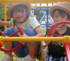作品No:20 飛行機の操縦上手??<br><br>久しぶりに桂公園に遊びに行きました!以前はまだ2人とも小さくて飛行機の遊具に乗るのも大変だったのに、今ではスイスイと登って楽しんでいました!2人とも汗だくです!<br><br>