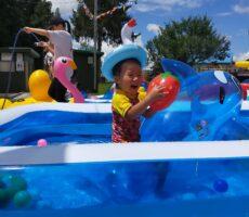 作品No:22 あぁー夏休み!<br><br>なぜかプールに入って一番にアヒルを頭に付けて大興奮!!頭に付けて一人で大笑いしながらイルカに乗って気分はハワイ!笑<br /> サイコーな夏休みでした\(^o^)/<br><br>