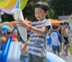 作品No:72 いい物みーっけ!<br><br>プールの中に大きいペロペロキャンディの浮き輪をみっけ!!<br><br>