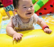 作品No:96 最高のプールデビュー<br><br>0歳8ヶ月の娘。<br /> 記念すべきはじめてのプール遊びは桂公園でした!<br /> お水が顔にかかってもへっちゃらで、とっても楽しそう。カメラを向けると最高の笑顔を見せてくれました!<br /> この後、上の子より一足先にプールを出た娘は、もっと遊びたいのに〜と訴えるような表情でした。<br><br>