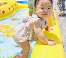 作品No:98 産まれてはじめて!!<br><br>産まれてはじめての夏。プールデビューは子供達が大好きな桂公園でした!<br /> 上のお兄ちゃん達と一緒にプールに入り楽しく笑顔で遊ぶたくましい0歳8ヶ月の娘。<br /> 赤ちゃんらしいふっくらボディも見所です!<br><br>