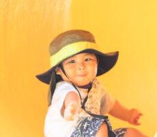 作品No:110 みーつけた!<br><br>息子が黄色のトンネルに興味津々でしたので、反対側から回って撮ろうとしたところ、目が合った1枚です。<br><br>