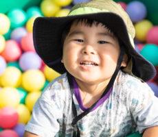作品No:111 カラフル土管池<br><br>息子が土管の中を覗いたら色々な色のボールがあり、思わず入って遊んでいた時に声をかけた時の1枚です。<br><br>