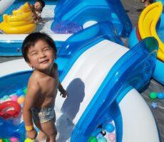 作品No:118 プール気持ちいい~<br><br>保育園でのプールも終わり今年はもうプールに入る機会がないかと思っていましたが、たまたま立ち寄った桂公園でプールに入れてとても嬉しそうな顔をしていました!<br><br>