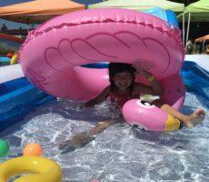 作品No:120 水遊びサイコー!<br><br>フラミンゴの大きいうきわに乗ってひっくり返っちゃったけど、それもまた楽しい♪<br><br>
