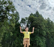 作品No:137 オニヤンマと〜まれ<br><br>初めての桂公園で、初めて見た大きなオニヤンマ。公園内の一番高いこの所で「この指と〜まれ!」<br><br>
