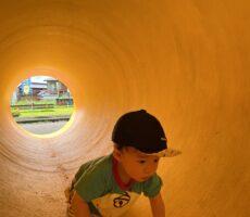 作品No:172 この先には?<br><br>土管の中を探検しています。ちょうどドラえもんの服を着ていて、アニメに出てくる土管の中にいるようです。<br><br>