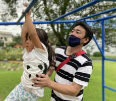 作品No:200 がんばれがんばれ<br><br>一生懸命うんていの練習をする娘と、パパの写真です。<br><br>