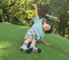 作品No:209 ごろごろごろぉ〜!!<br><br>芝生の滑り台で、全身を使って転げ落ちていました!笑<br><br>