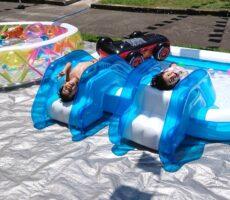 作品No:212 夏満喫<br><br>去年は、水を怖がっていた妹も今年は寝転べるくらい余裕です。<br /> <br /> たくさん遊んで大きくなってね。<br><br>