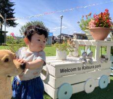 作品No:234 はじめての桂公園<br><br>初めて桂公園に遊びにきた僕。入り口に可愛いわんちゃんがいるなぁ、何して遊ぼうかなぁ、、、と、キョロキョロしている様子です!<br><br>