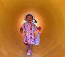 作品No:243 逃げろー<br><br>ママの荷物を盗んで土管トンネルに隠れる娘<br /> ママに見つかって逃げろー<br /> 逃げ足が速くなったね<br><br>