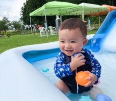 作品No:261 だいすきなプール遊び★<br><br>大好きな水遊びに、ボールもあって大興奮!<br /> 水がかかっても、へっちゃらへっちゃら♪<br><br>