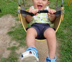 <strong>作品No:23 初めての1人ブランコ</strong><br><br>一歳1ヶ月の息子が初めて1人でブランコに乗りました。ベルトが着いているタイプのブランコは初めてでしたがにっこにこでブランコに乗っていました。桂公園で初めての1人ブランコ。今年の夏の思い出ができました!