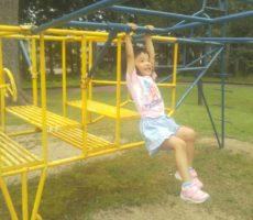 <strong>作品No:108 ぶらんぶらん</strong><br><br>親の私も30年近く前に同じ事をして遊び、何年たっても桂公園だな~と思いました
