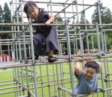 <strong>作品No:13 『お兄ちゃんこっち!』</strong><br><br>ジャングルジムで兄妹仲良く遊んでいるところです。笑顔がとても可愛くて写真を撮りたくなる画でした。