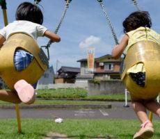 <strong>作品No:8 パパ!もっと高くして!!!</strong><br><br>桂公園のこのブランコは姉妹ともに好きで、<br /> 親としても落ちにくいので、思いっきり高く揺らしても安心。<br /> 姉妹揃えてブンブン揺らしてみな満足。
