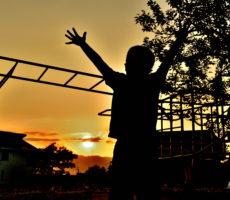 <strong>作品No:32 手のひらを太陽に</strong><br><br>久々に公園へ行ってみました。<br /> <br /> 誰もいなくなった夕方、夕陽がとても綺麗でした。