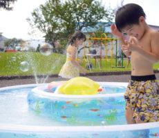 <strong>作品No:148 水しぶきはちょっと冷たい</strong><br><br>とても暑い日でしたが、プールに入ってすぐは水しぶきが冷たく感じたようです。<br /> 子どもたちは水遊びが好きなのでこの後もいろんなプールで楽しませてもらいました。