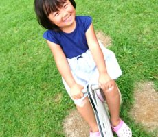 <strong>作品No:146 ひざすりむいてもニコニコ!</strong><br><br>綺麗な緑の芝生で遊具で遊べば、すりむいた膝のことも忘れちゃう☆そんないい笑顔でした(^ー^)